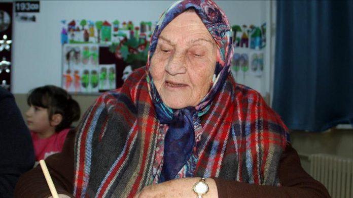 Një 92-vjeçare ndjek shkollën për të mësuar shkrim e lexim!