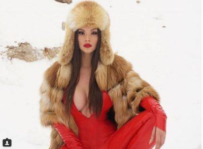 """Oriola Marashi përvëluese, """"shkrin"""" borën me dekoltenë e saj që zbulon gjoksin bombastik! [FOTO]"""