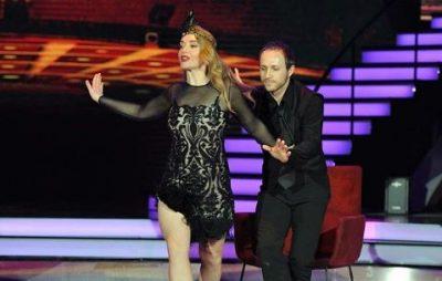 Incidenti në kërcim, Rovena Dilos i ngrihet fustani dhe i dalin pjesët intime në ekran (FOTO+VIDEO)