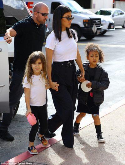 Sa të ëmbla! Kushërirat North West dhe Penelope shfaqen nën shoqërinë e Kourtney Kardashian (FOTO)