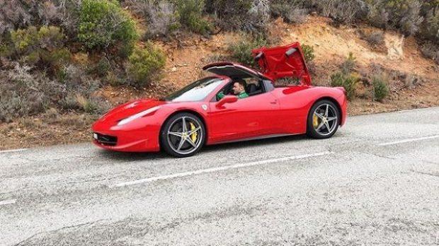 Ky është këngëtari shqiptar që sfidon Noizy-n me Ferrari dhe me jetën super luksoze