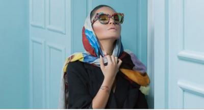 Këshilla mode nga vajzat e njohura shqiptare: Serioze në pranverë me shall në kokë dhe syze dielli! (FOTO)
