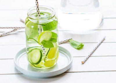 Uji me kastravec, limon dhe xhenxhefil: pse dhe kur duhet ta pini këtë ujë?