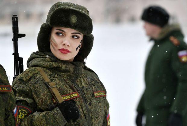 Kush tha që ushtria është vetëm për burra! Njihuni me ushtaraket me SEKSI në planet (FOTO)