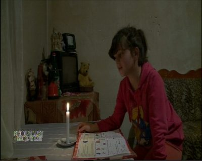 Prej dy vitesh në errësirë, skamje në familjen nga Tirana. Vogëlushja prek çdo zemër me apelin e saj