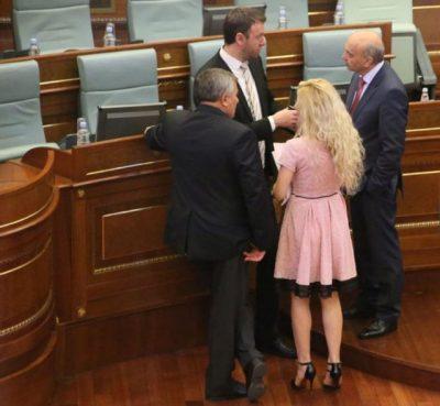 Shashtisen parlamentarët, deputetja shkon në Kuvend me fustanin e ngushtë të zi