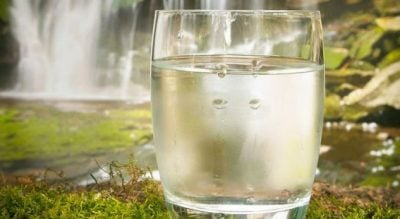 A duhet të pini TETË gota ujë në ditë! Ja disa të vërteta që as vetë nuk do ti besoni