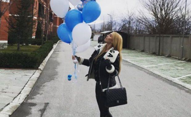 Adelina Tahiri i vë këtë epitet vetes për ditëlindje, shikoni dhuratën e parë që i bëri bashkëshorti (FOTO)