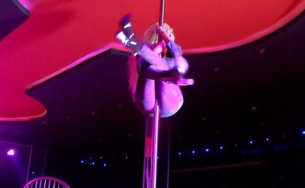 Këngëtarja shqiptare filmohet duke kërcyer tek tubi në një strip club (VIDEO)
