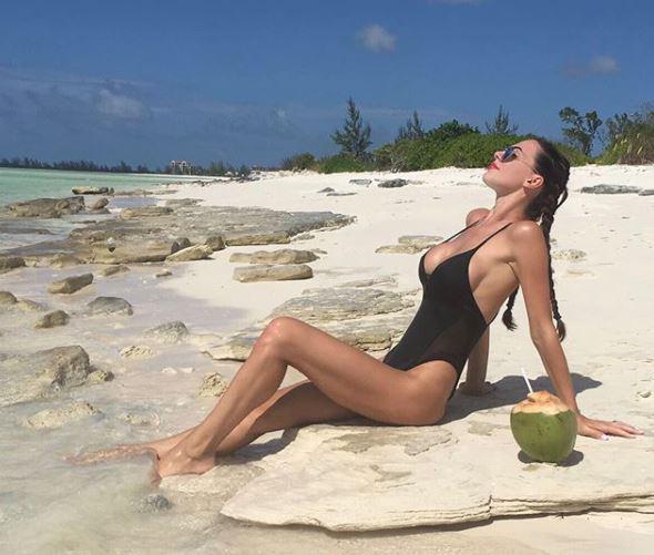 """Erjona """"GODET FORT""""/ Nuk përballon dot temperaturat, del me bikini dhe…(FOTO)"""