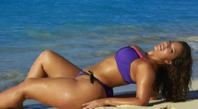 """Ashley Graham nuk heq dorë, tregon """"tulet"""" teksa pozon seksi në bikini (FOTO)"""