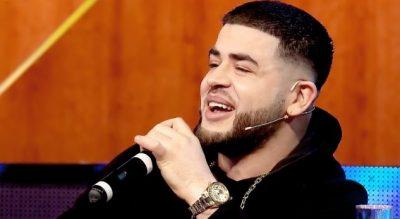 """""""ÇMENDET"""" Noizy! Hipën mbi tavanin e makinës dhe kërcen: Mos shikoni… (VIDEO)"""