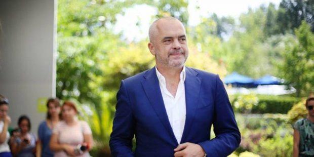 Kryeministri Edi Rama surprizon stilistin e njohur shqiptar duke i dhuruar një…(FOTO)