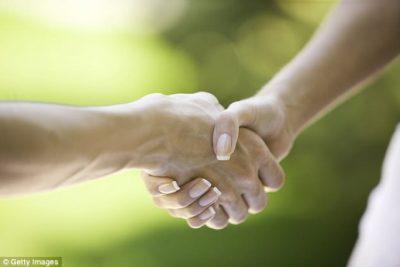 Ja pse gratë martohen me burra që shtrëngojnë duart fortë