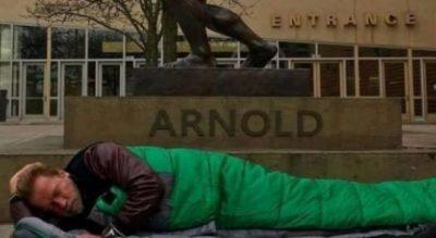 Schwarzenegger fle në rrugë: Dikur isha guvernator, më luteshin