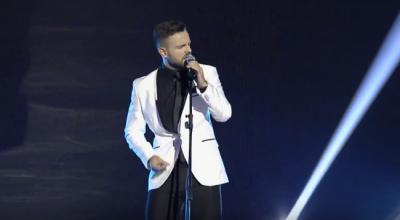 Nuk i pëlqeu këngën, këngëtari shqiptar mallkon e i uron vdekjen fansit: Shpresoj të të… (FOTO)