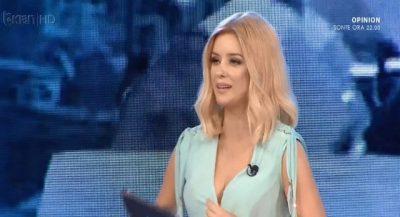 """Ups! Alketa Vejsiu vihet në siklet, i zbërthehet veshja live në """"Piter Pan"""" (FOTO)"""