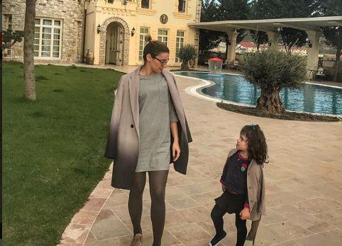 """Vajza e moderatores shqiptare ka një """"shqetësim të madh"""": O mami me kë do martohem unë… (VIDEO)"""