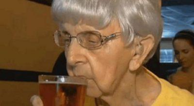 """Ajo është 103 vjeçe dhe """"bën be"""" që sekreti i jetës së përjetshme është pirja e një gote birrë"""