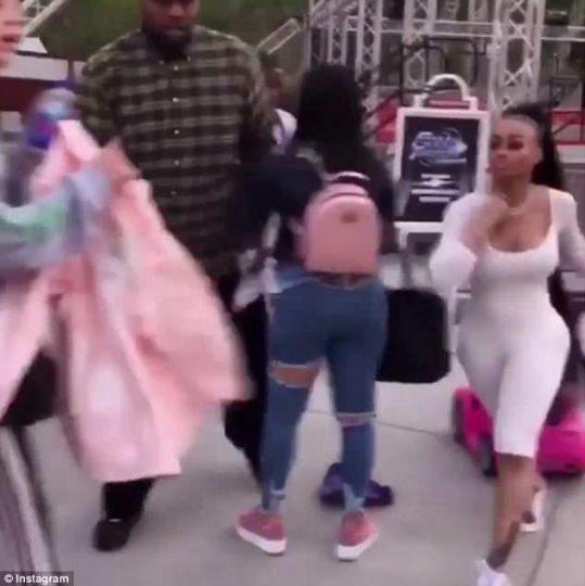 Skandal në mes të rrugës, modelja e njohur çmendet se i prekën vajzën