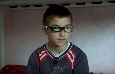 Dëshira e vetme e 12-vjeçarit gjeni në matematikë që ka probleme me sytë: Dua një palë syze (VIDEO)