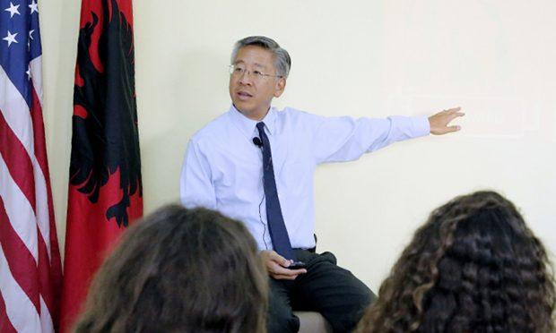 Pak njerëz e dashurojnë Shqipërinë aq sa ambasadori Donald Lu: Çdo ditë hap…