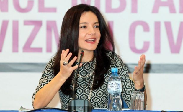 Elisa Spiropali tërheq vëmendjen në Parlament, vjen me VESHJE shumë elegante (FOTO)