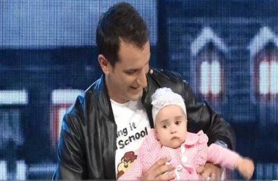Meqë donte gocë, Erion Veliajt i sjellin një vogëlushe. Kryebashkiaku e ushqen në mes të skenës…