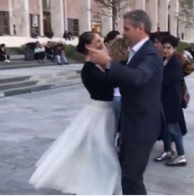 """Ambasadori i Austrisë ''rrëmben"""" balerinën e njohur, befason në mes të sheshit """"Skënderbej"""""""