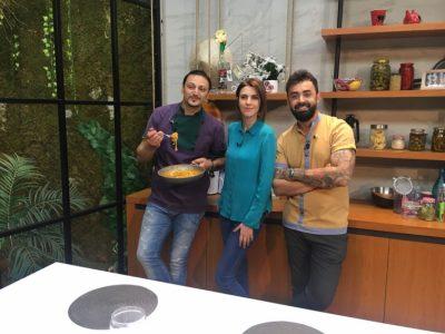 Floida Kërpaçi gatuan dhe bën IRONI: Jam praktikuar për të hedhur miellin dhe për të thyer vezët (VIDEO)