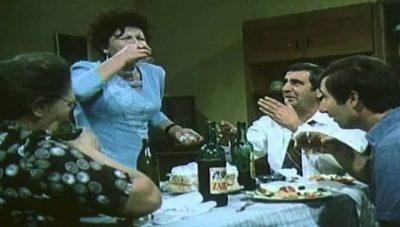 """Gjithë """"çuditë"""" që ndodhin kur shkon mysafir në një familje shqiptare"""