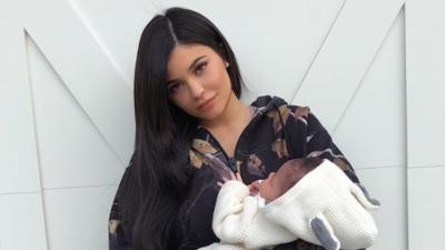 Kylie Jenner poston fotografi të ëmbël me vajzën e saj, por nuk lë pas dore edhe…