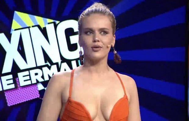 Kejvina po ju provokon keq, fustani i hapur i nxjerr në shesh anët më të nxehta (FOTO)