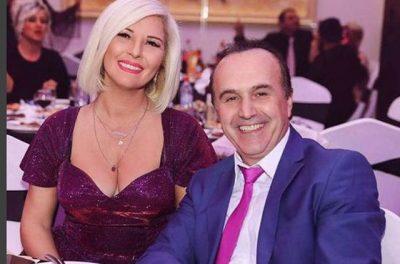 Emocionuese: Këngëtari shqiptar mëson se do bëhet baba live në emision (VIDEO)