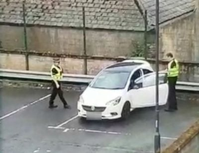 """Policët i zë turpi dhe """"vënë duart në sy"""", kapin çiftin në situatë skandaloze! (FOTO)"""