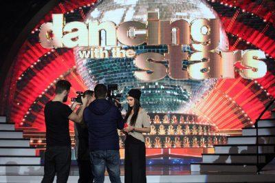 PLASI tek DWTS: Konkurrenti puthet në buzë me balerinën gjatë provave (VIDEO)