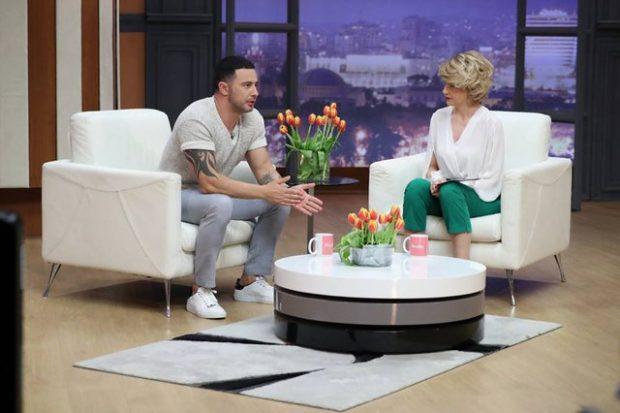 Sa me fat: Ky është këngëtari shqiptar që ja bën gruas të gjitha punët e shtëpisë