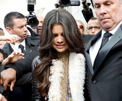 """Fansat e Selena Gomez nxehen me paparazzi-it! """"Lëreni rehat, nuk e shikoni që nuk është mirë!"""" (VIDEO)"""