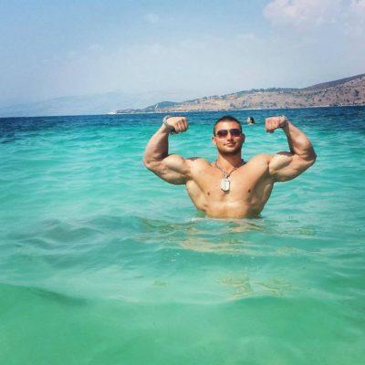 Kush është djali shqiptar që ka tërbuar femrat me trupin e tij perfekt (FOTO)