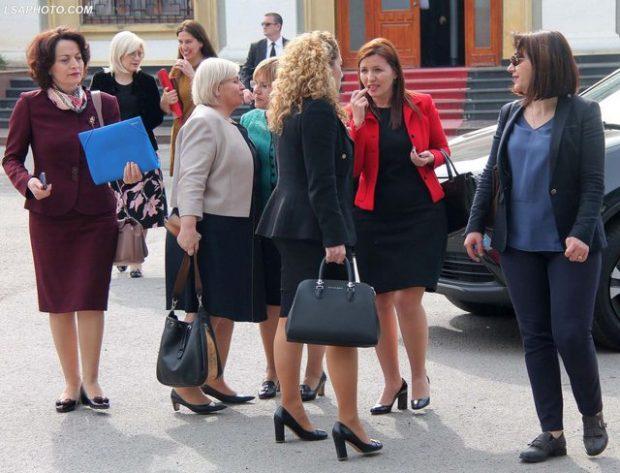 KODI I RI I ETIKËS/ Si supozohet të vishen deputetët dhe deputetet shqiptare (FOTO)