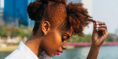 Shtatë hile të çuditshme por efektive, që zgjasin jetëgjatësinë e ngjyrës së flokëve