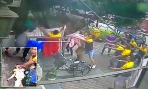 VIDEO: Bie nga kati i 6, fëmija shpëtohet kalimtarët me… çarçaf