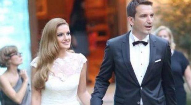 """""""Gjithmonë me sytë nga qielli,"""" bashkëshortja e Veliaj më elegante se kurrë! (FOTO)"""