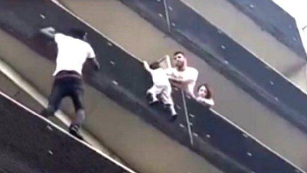Spiderman ekzistoka vërtet! I riu ngjit 4 kate pallati për të shpëtuar fëmijën, video bëhet virale