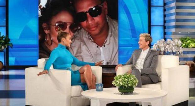 Jennifer Lopez në Ellen show, incidenti me FUSTANIN gjatë transmentimit, i DALIN SHESHIT….(VIDEO)