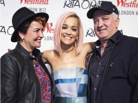 DEDIKIMI RRËNQETHËS/ Rita Ora  uron prindërit e saj në përvjetorin e …(FOTO)