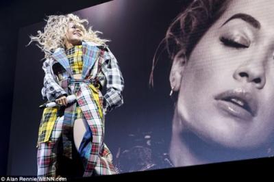 Rita Ora pasi ka rrëfyer që është BISEKSUALE, performon kështu në koncert (FOTO)