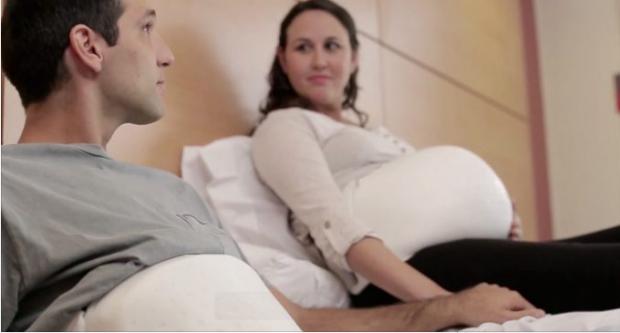 Shkenca përparon! Tashmë edhe babai mund të ndjejë shkelmimet e foshnjës në barkun e nënës (VIDEO)