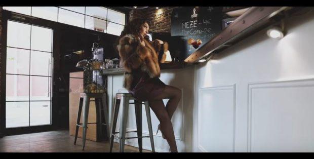 """""""SHPËRTHEN"""" Adelina Ismaili/  I këndon femrave të bukura dhe të paprekshme (VIDEO)"""