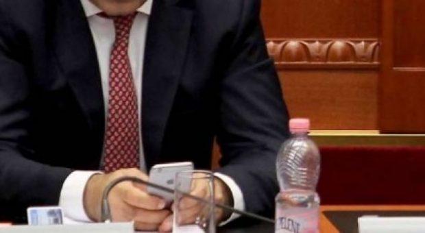 """KËSHTU NUK E KISHIT PARË/ Politikani shqiptar """"zhvishet"""" nga kostumi, del ndryshe me…(FOTO)"""